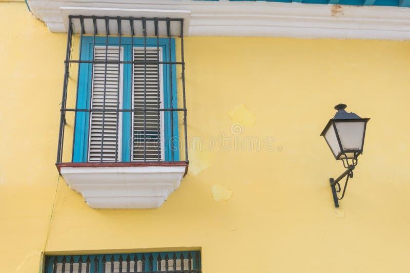 Detail eines wieder hergestellten Kolonialgebäudes in altem Havana kuba stockfotos