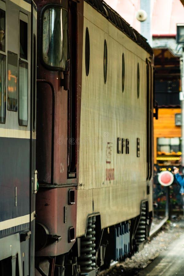 Detail foto van een trein Trein op het perron van het Noord-Spoorwegstation van Boekarest Gara de Nord Bucuresti in Boekarest, Ro royalty-vrije stock foto's