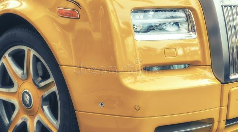 Detail Geel die Rolls Royce op Rodeoaandrijving wordt geparkeerd, Beverly Hills stock afbeelding