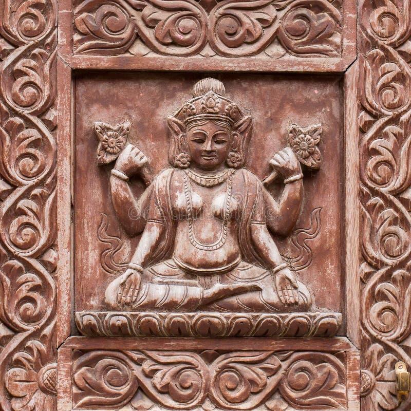 Detail houten gesneden deur in Hindoese tempel, de achtergrond van Katmandu, Nepal Sluit omhoog stock afbeelding