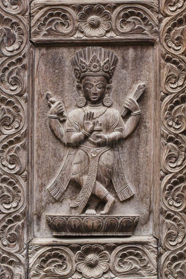 Detail houten gesneden deur in Hindoese tempel, de achtergrond van Katmandu, Nepal Sluit omhoog stock afbeeldingen