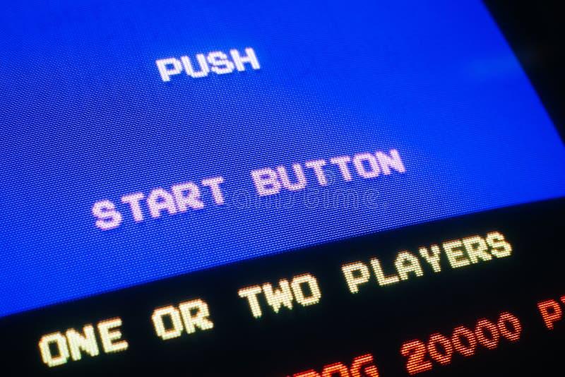 Detail-Makro eines alten Weinlesevideospiels mit Text Stoßstartknopf lizenzfreie stockfotos