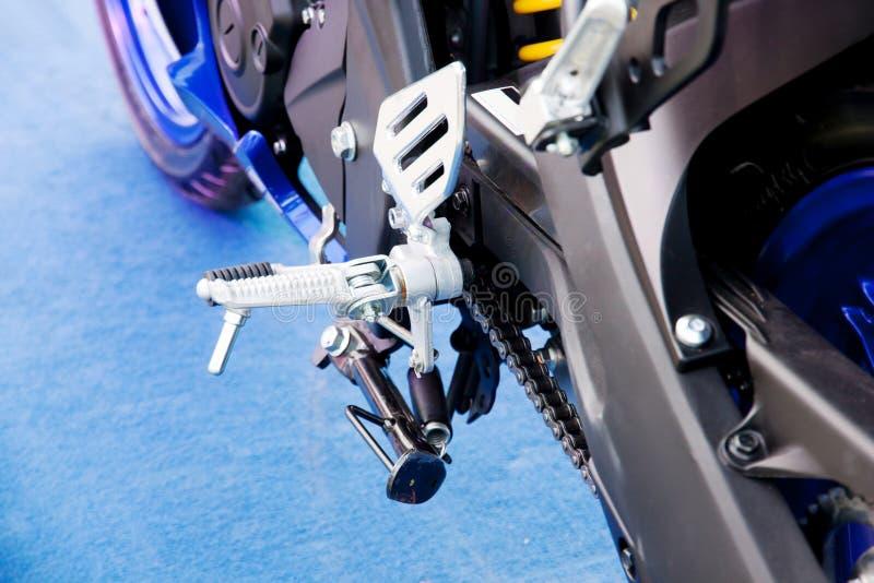 Detail met de voetrest van een motorfiets stock fotografie