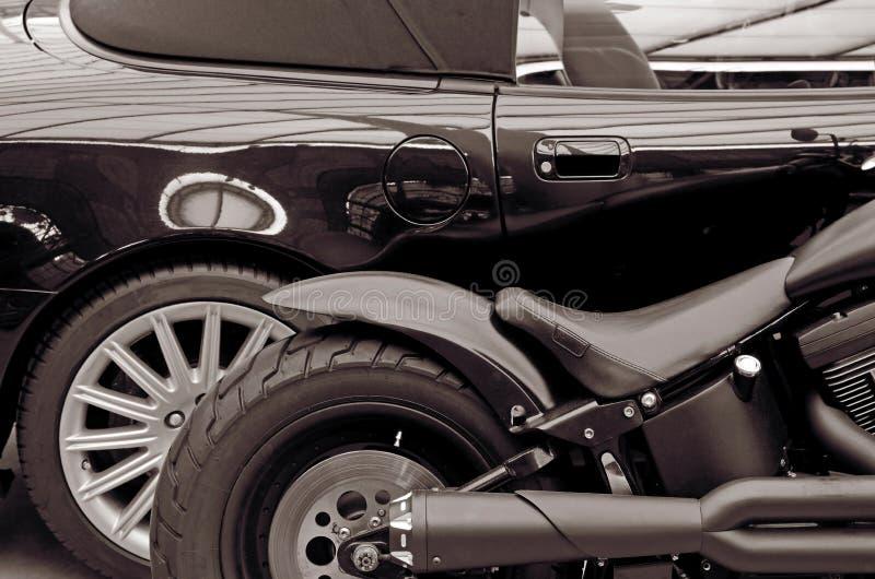 Detail modieuze zwarte auto en motorfiets levensstijl (Tegengestelden, stock foto