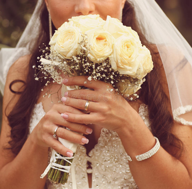 Free Detail Of Bride S Roses Bouquet And Hands Holding Stock Photo - 40076200