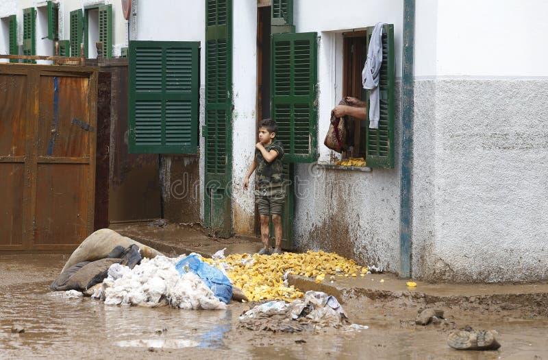 Detail op Dorpsbewoners die na overstromingen in San Llorenc in het eiland Mallorca schoonmaken stock foto's