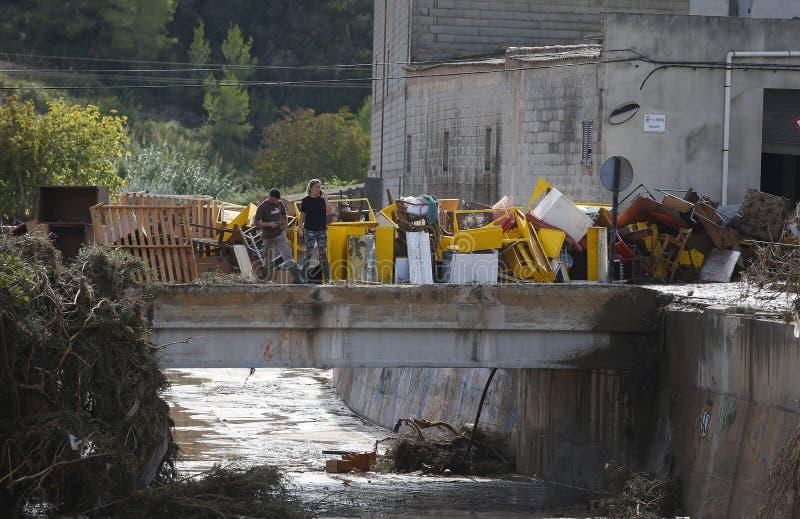 Detail op Dorpsbewoners die na overstromingen in San Llorenc in het eiland Mallorca schoonmaken stock foto