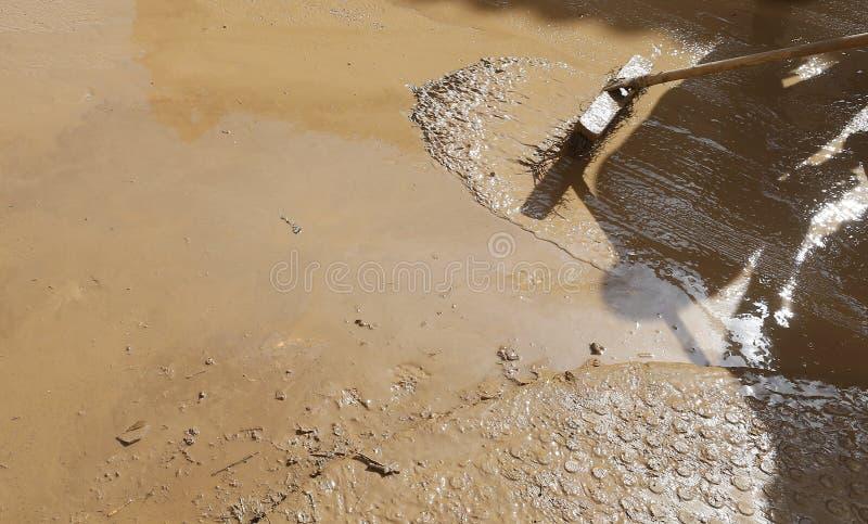 Detail op Dorpsbewoners die na overstromingen in San Llorenc in het eiland Mallorca schoonmaken stock fotografie