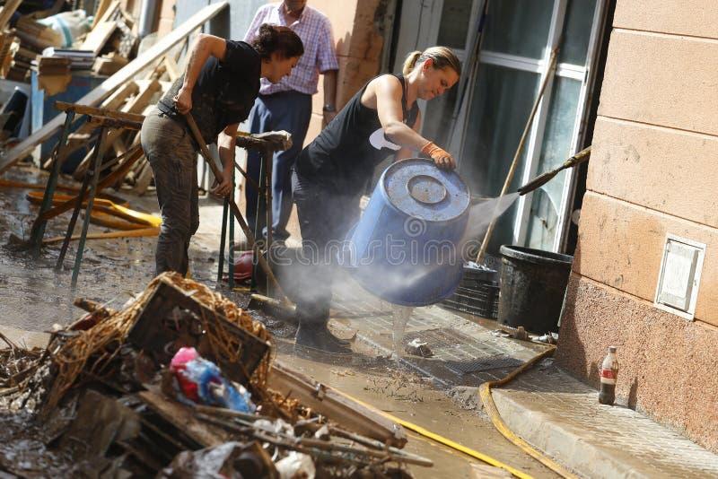 Detail op Dorpsbewoners die na overstromingen in San Llorenc in het eiland Mallorca schoonmaken royalty-vrije stock foto