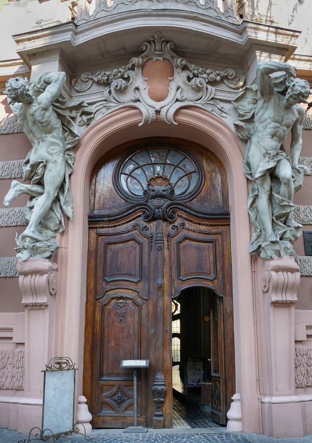 Detail oude poort - hoofdingang aan stock foto's