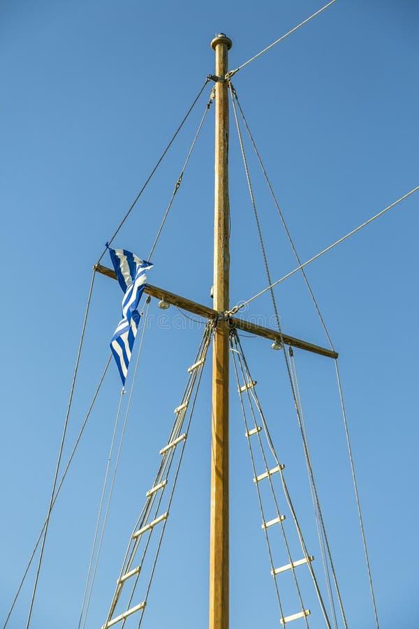detail-ship-s-mast-greek-flag-32846403.jpg
