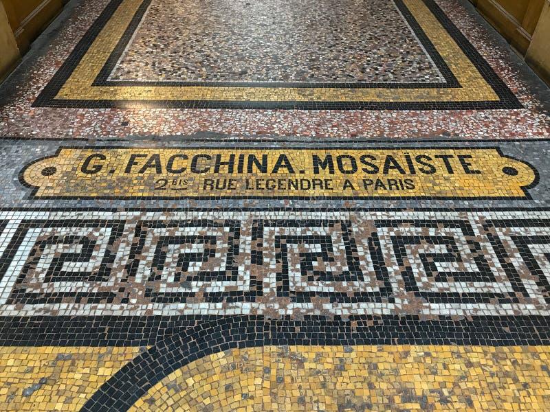 Detail, tegelmozaïek op vloer van Galerie Vivienne, Parijs stock foto