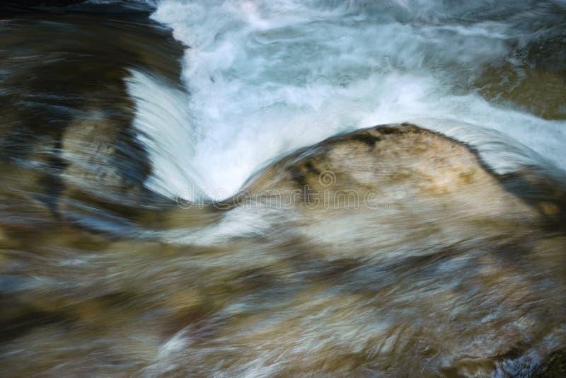 Detail unscharfe Stromschnellen auf dem Fluss stockfotos