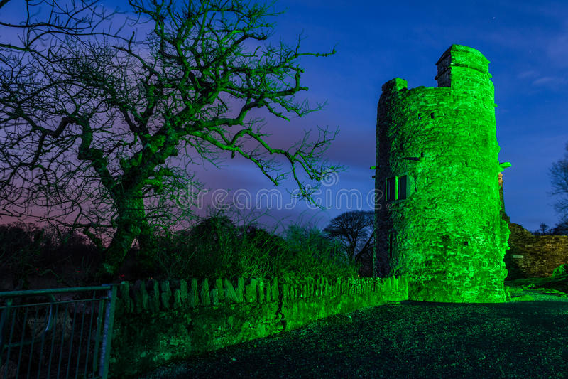 Het kasteel van Ross bij nacht. Killarney. Ierland stock fotografie