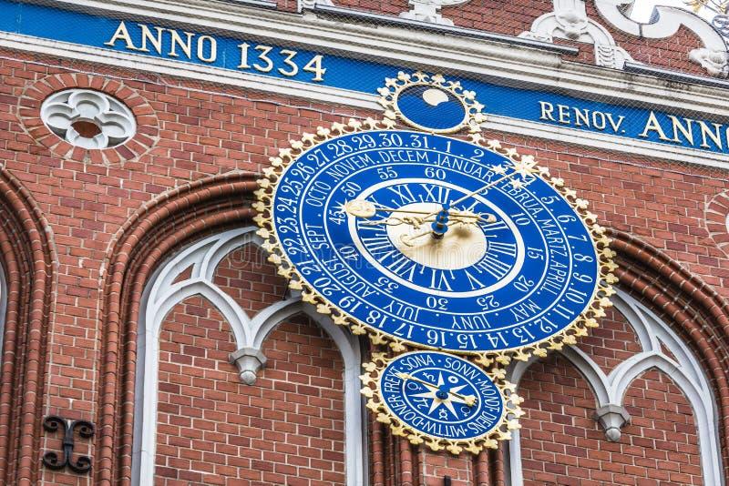 Detail van astronomische klok op het Huis van Meeëters, Riga, L stock afbeelding