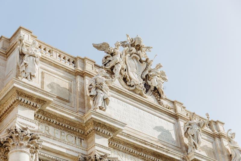 Detail van beeldhouwwerken vanaf bovenkant van de Trevi Fontein in Rome, Italië stock afbeeldingen