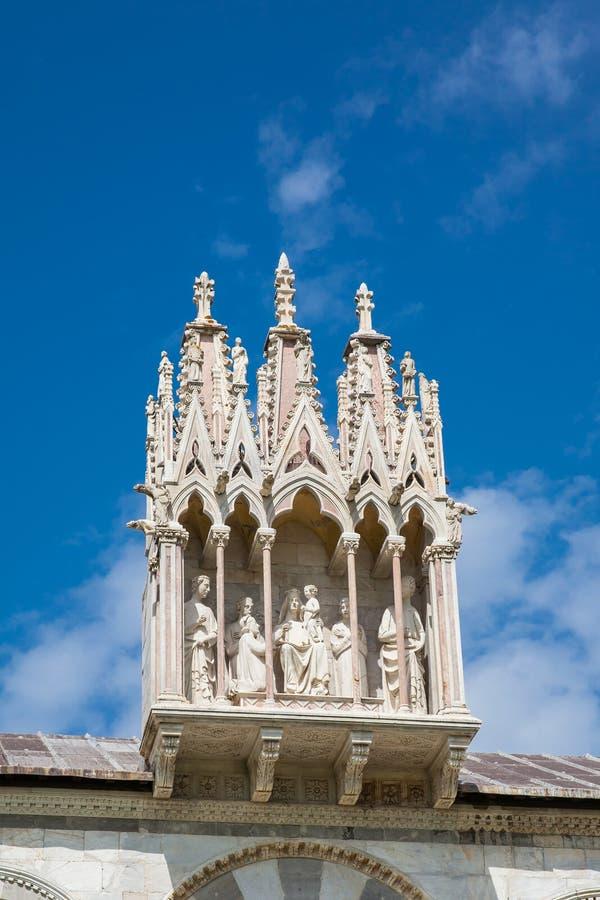 Detail van bijbels beeldhouwwerk boven ingang aan de Monumentale die Begraafplaats op de 12de eeuw bij het Kathedraalvierkant wor stock foto's