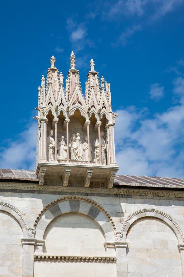 Detail van bijbels beeldhouwwerk boven ingang aan de Monumentale die Begraafplaats op de 12de eeuw bij het Kathedraalvierkant wor stock afbeeldingen