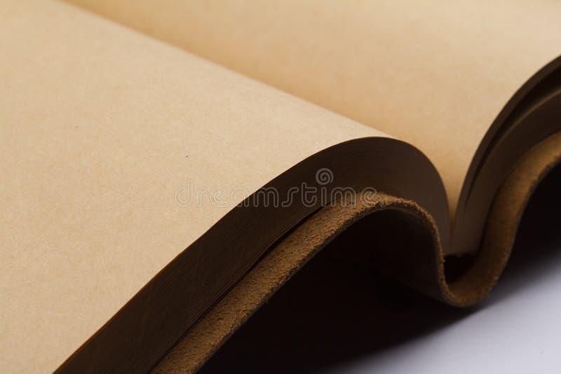 Detail van blanco pagina's van een leer behandeld boek stock afbeelding