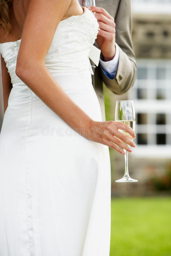 Detail van Bruid en Bruidegom Drinking Champagne At Wedding stock foto's