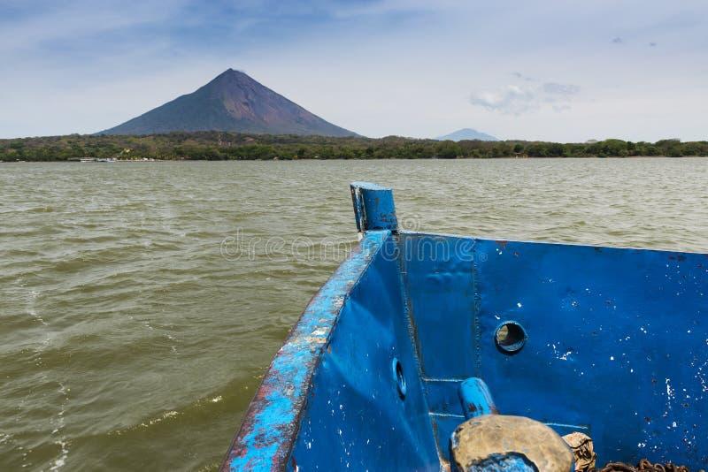 Detail van de boog van een veerboot met het Ometepe-Eiland op de achtergrond, in Nicaragua royalty-vrije stock fotografie
