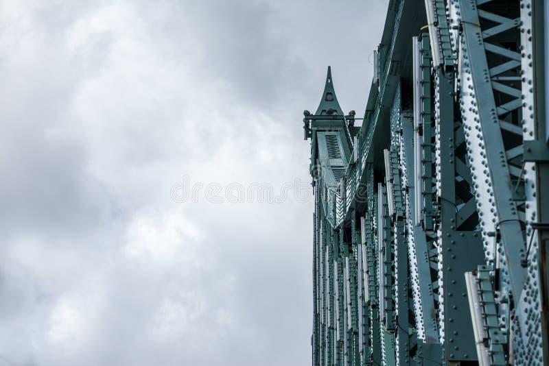Detail van de brug van Pont Jacques Cartier die in Longueuil in de richting van Montreal, in Quebec, Canada wordt genomen royalty-vrije stock afbeeldingen