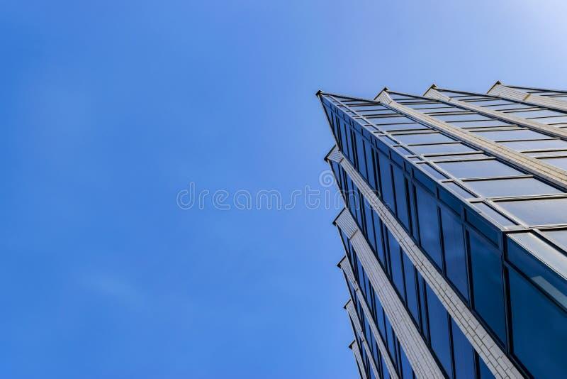 Detail van de bureaubouw buitenkant Bedrijfsgebouwenhorizon die omhoog met blauwe hemel kijken Moderne architectuurflat High-tech stock afbeeldingen