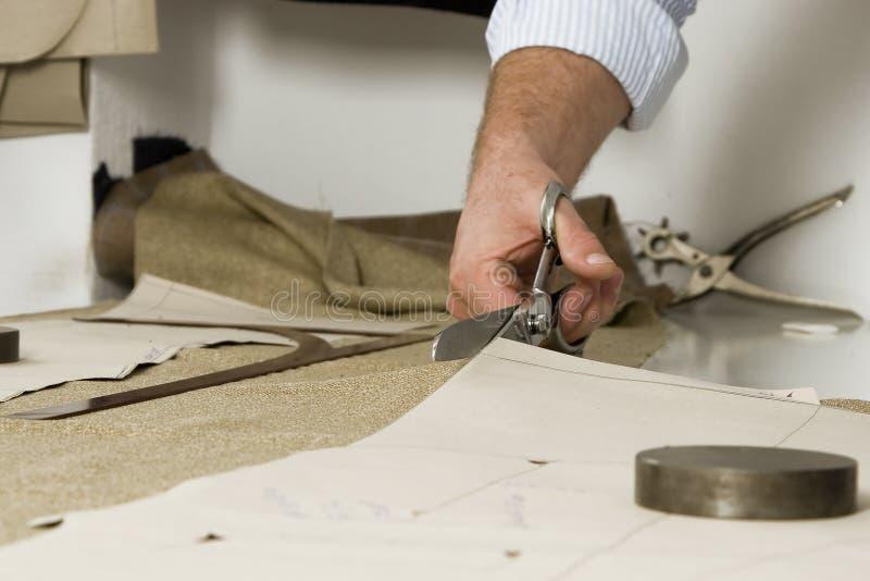 Detail van de hand van de kleermaker met schaar royalty-vrije stock foto's