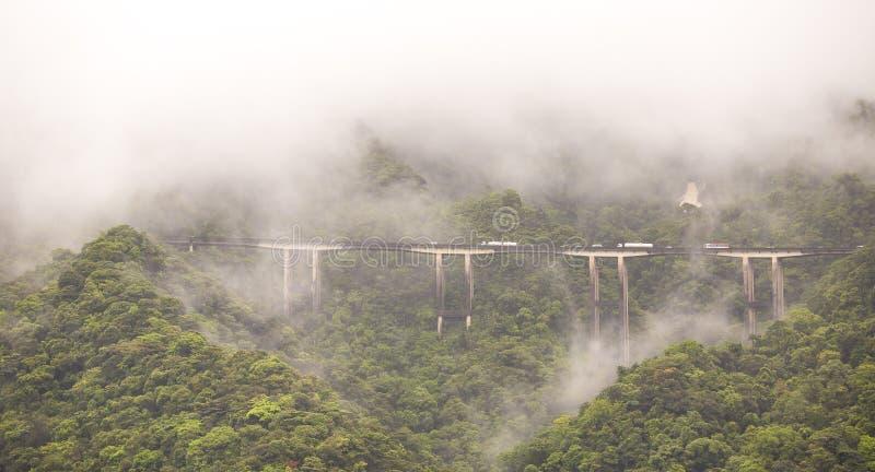 Detail van de Imigrantes Highway op een foggy-dag, Sao Paulo, Brazilië stock afbeeldingen