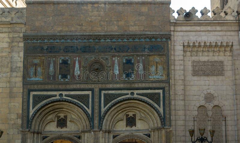 Detail van de ingang van een oude moskee in Kaïro, Egypte Met polychrome tekeningen royalty-vrije stock afbeeldingen