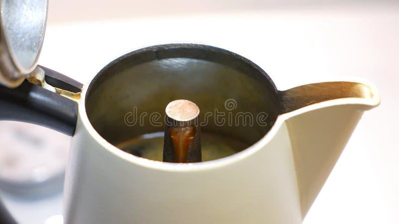Detail van de koffie die uit door een witte koffiepot komt royalty-vrije stock foto's