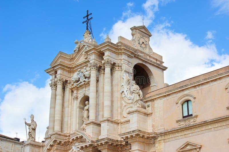 Detail van de mooie Kathedraal van Syracuse op Piazza Duomo -Vierkant met blauwe hemel Barokke architectuur, middeleeuwse beeldho royalty-vrije stock foto