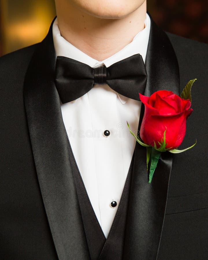 Detail van de Prom het formele slijtage van vlinderdas en boutonniere stock foto
