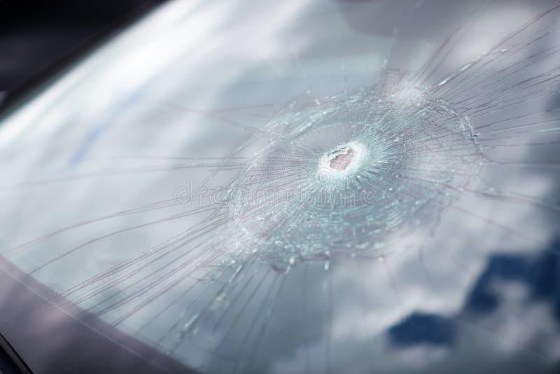 Detail van de schade aan de voorruit van auto's door Vandalisme verscheurd royalty-vrije stock fotografie