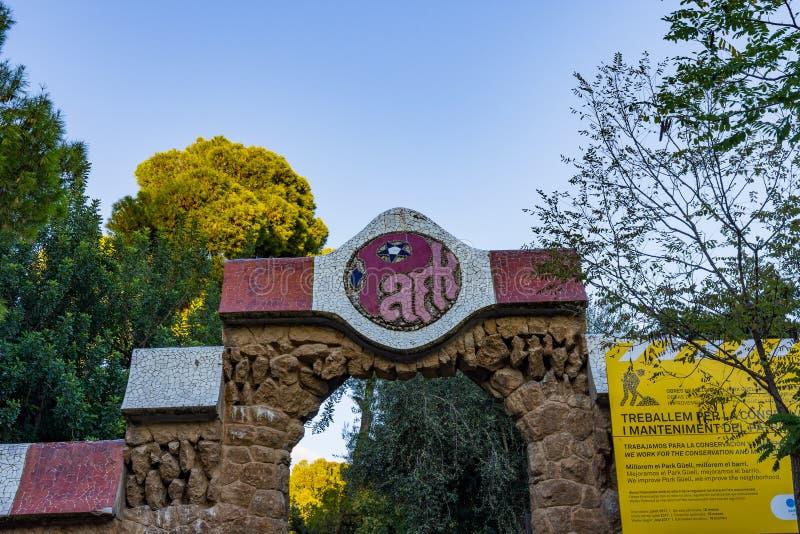 Detail van de secundaire ingang aan Parc Guell met typische kleurrijke mozaïekdecoratie Barcelona stock afbeelding