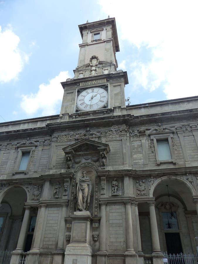 Detail van de toren en de voorgevel van Giureconsultis van onderaan in Milaan wordt gezien dat Itali? royalty-vrije stock afbeelding