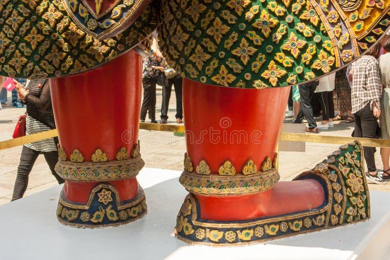 Detail van de voeten van een standbeeld in Wat Phra Kaew Palace, als Emerald Buddha Temple ook wordt bekend dat Bangkok, Thailand stock fotografie