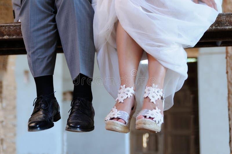 Detail van de voeten van de bruidegom en de bruidzitting op een scaff stock afbeeldingen