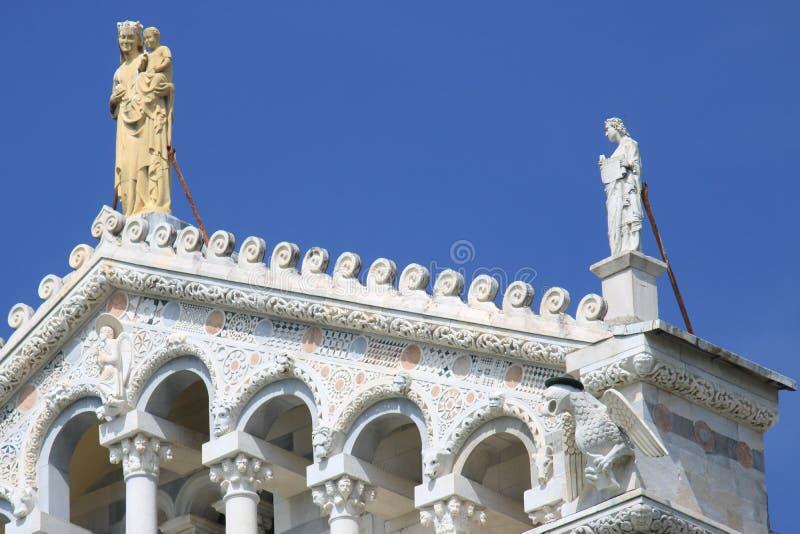 Detail van de voorgevel van Duomo van Pisa met beeldhouwwerken Het bureau van C stock afbeeldingen