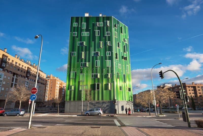 Detail van de voorgevel van een groene moderne woningbouw in Vallecas-district, in Madrid, Spanje royalty-vrije stock fotografie