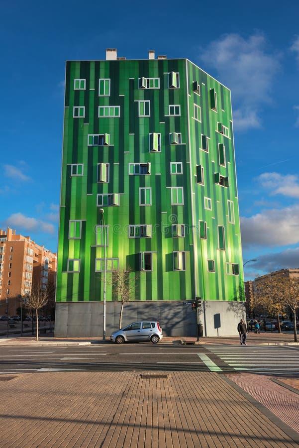 Detail van de voorgevel van een groene moderne woningbouw in Vallecas-district, in Madrid, Spanje royalty-vrije stock afbeeldingen
