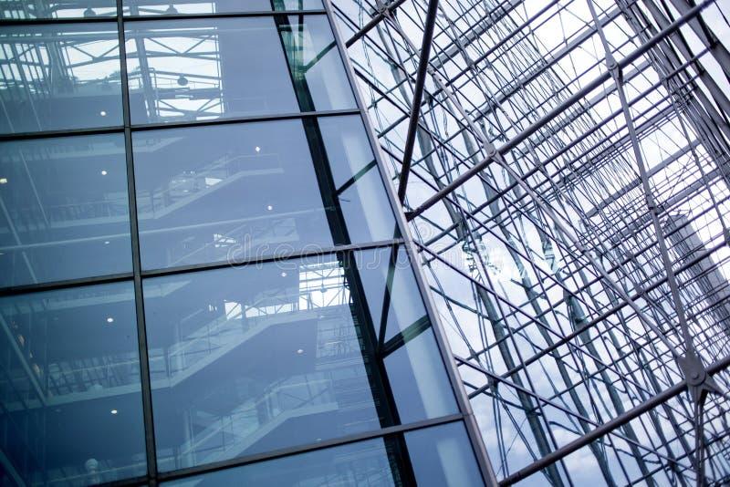 Detail van de voorgevel van een modern gebouw, een glas en een metaal stock afbeelding