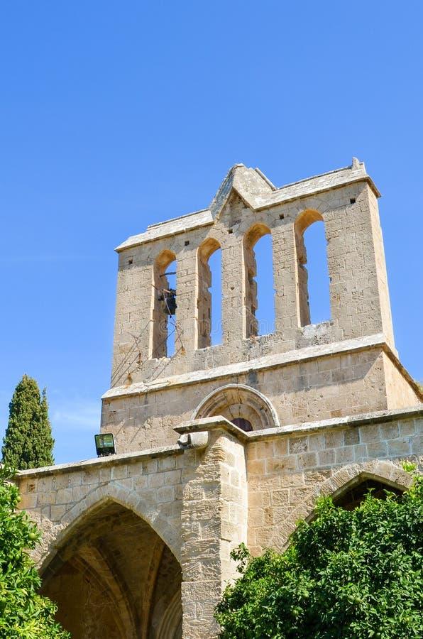 Detail van de voorgevel van oude Bellapais-Abdij in Turks Noordelijk die Cyprus met blauwe hierboven hemel wordt genomen De histo royalty-vrije stock afbeeldingen