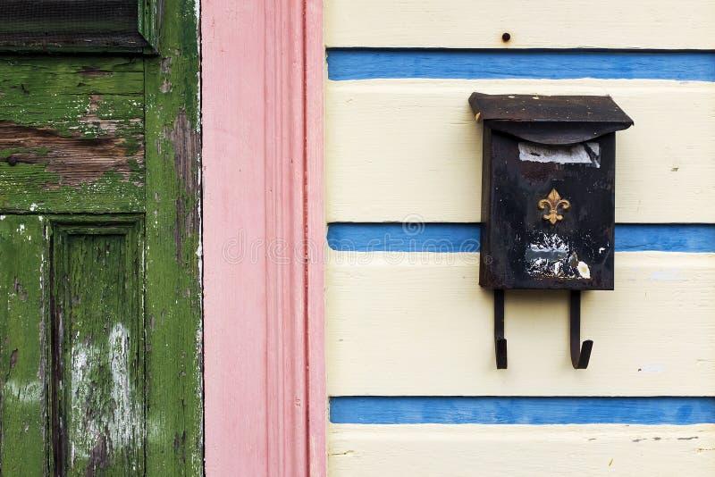 Detail van de voorgevel van een kleurrijk huis in New Orleans stock fotografie