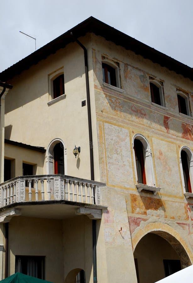 Detail van de voorgevel van het Stadhuis in provincie Portobuffolè van Treviso in Veneto (Italië) stock foto's