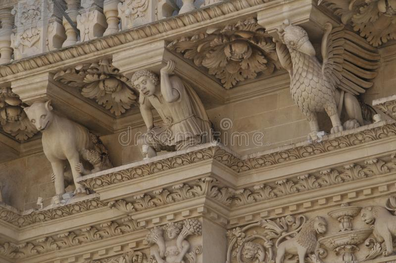 Detail van de voorgevelbasiliek van Santa Croce, Lecce, Apulia-gebied, zuidelijk Italië stock foto