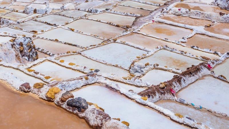 Detail van de zoute terrassen in de zoute die pannen van Maras, salineras DE Maras dichtbij Cusco in Peru, zoutmijnen door de men stock afbeelding