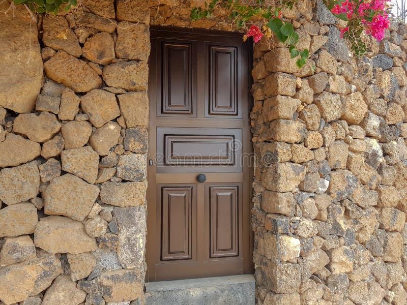 Detail van deur in typisch huis van kust in Canarische Eilanden en zijn vegetatie Lanzarote, Spanje royalty-vrije stock fotografie