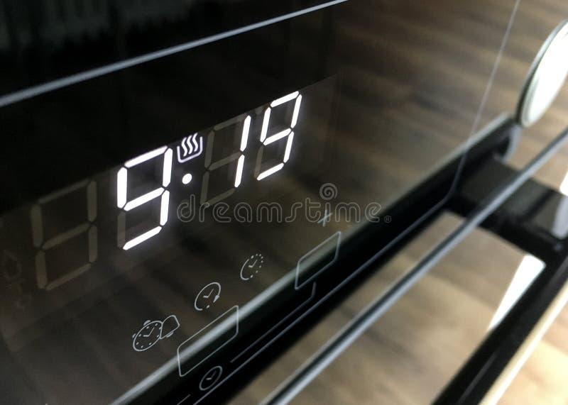 Detail van digitale wekker op een elektrische oven met glaspaneel royalty-vrije stock afbeeldingen