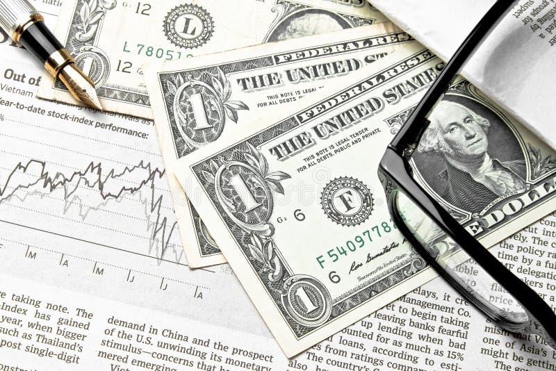 Detail van dollars dichtbij glazen en gouden pen stock fotografie